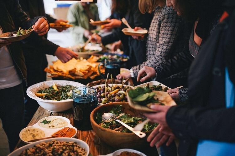 אוכל טעים ואורחים רבים - קייטרינג לחינה