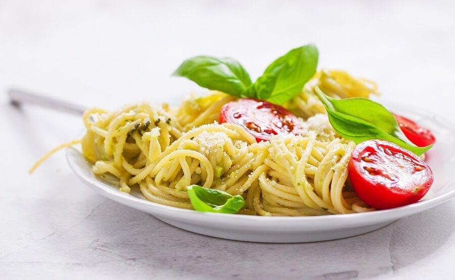 קייטרינג לגני ילדים מגיש ספגטי טעים