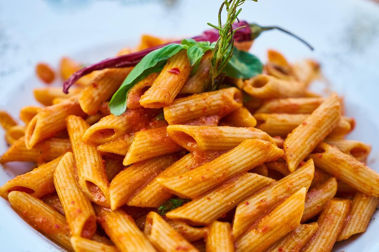 קייטרינג למוסדות מגיש פסטה ברוטב עגבניות