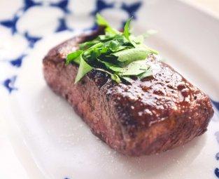 אוכל מוכן לאירועים מגיש בשר פילה טעים