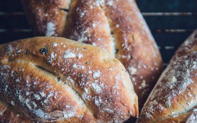 אוכל מוכן לאירועים עם לחם עבודת יד