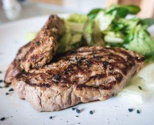 קייטרינג בשרי עם סטייק בשר אנטריקוט